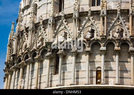 Basso angolo di visione di un edificio religioso, il Battistero di San Giovanni, Piazza dei Miracoli a Pisa, Toscana, Italia Immagini Stock