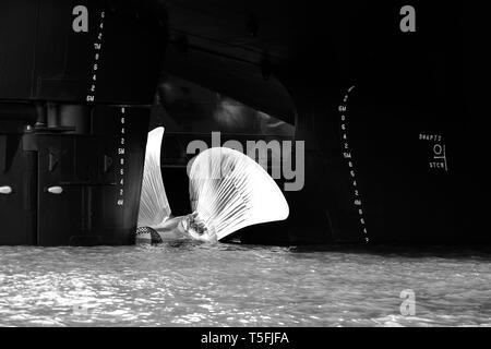 La fotografia di una elica lucido su una nave nell'acqua. Immagini Stock