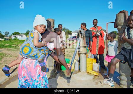 I residenti locali fecthing acqua da un foro passante Manyama città nel nord-ovest dello Zambia. Immagini Stock