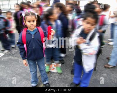 Studentessa indossando uno zaino Immagini Stock