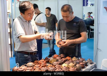 Harbin, la Cina della Provincia di Heilongjiang. 17 Luglio, 2019. I visitatori sono visto durante la seconda Nordest Asiatico di cultura ed Arte Fiera di Harbin, capitale del nord-est della Cina di Provincia di Heilongjiang, 17 luglio 2019. Credito: Xie Jianfei/Xinhua/Alamy Live News Immagini Stock