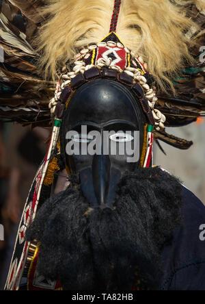Tribù di Dan maschera sacra danza durante una cerimonia, Bafing, Gboni, Costa d'Avorio Immagini Stock
