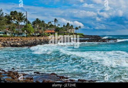 Koloa Kauai Hawaii spiaggia bellissima a Brenneck;s spiaggia con rocce e onde Immagini Stock