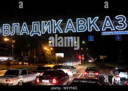 Autostrada all'ingresso a Vladikavkaz la città capitale della Repubblica del Nord Ossetia-Alania nel Nord Caucaso Distretto federale della Russia. Immagini Stock
