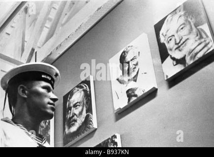 Un marinaio sovietico durante la visualizzazione di foto a Ernest Hemingway s house durante le navi da guerra sovietica Immagini Stock