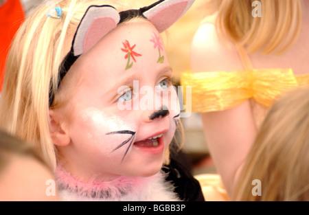 Fotografia della ragazza giovane partito faccia intrattenimento compleanno di vernice Immagini Stock