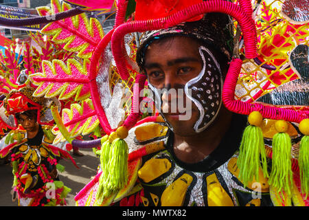 Due partecipanti in sgargianti abiti colorati marciando in occasione dell'annuale Festival Ati-Atihan, Isola di Kalibo, Filippine, Sud-est asiatico, in Asia Immagini Stock