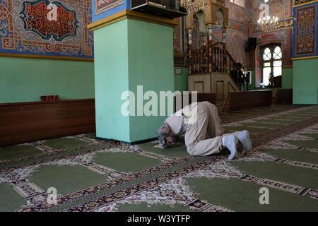 Un musulmano adoratore all'interno Mukhtarov moschea a Vladikavkaz la città capitale della Repubblica del Nord Ossetia-Alania nel Nord Caucaso Distretto federale della Russia. Immagini Stock