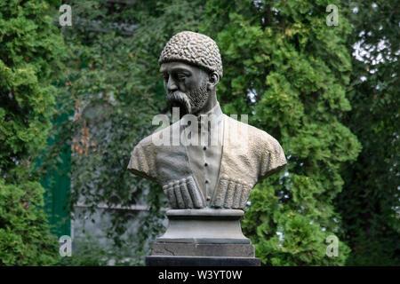 Busto di Kosta Khetagurov che fu un poeta nazionale della gli Ossezi persone che è generalmente considerato come il fondatore della letteratura Ossezi collocato in Kosta Khetagurov Park di Vladikavkaz la città capitale della Repubblica del Nord Ossetia-Alania nel Nord Caucaso Distretto federale della Russia. Immagini Stock