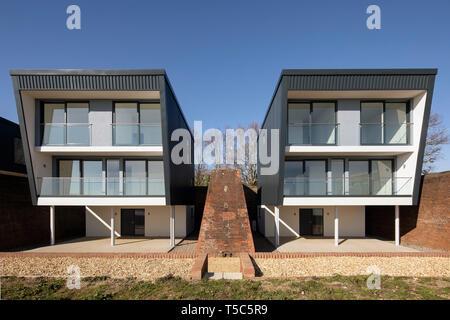 Vista in elevazione frontale di due delle case. Priddys Hard, Gosport, Regno Unito. Architetto: John Pardey architetti, 2019. Immagini Stock