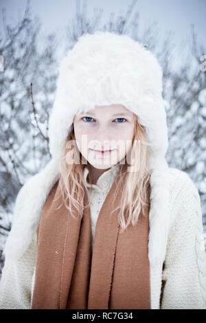 Ritratto di giovane donna in pelliccia hat Immagini Stock