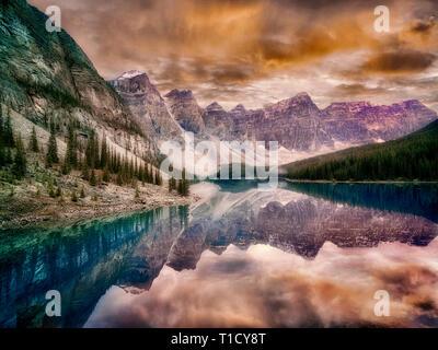 Il Moraine Lake con il tramonto nuvole. Il Parco Nazionale di Banff, Canada Immagini Stock