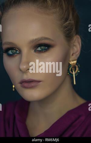 Moda ritratto di una ragazza con il modello professionale di make-up viso close-up Immagini Stock