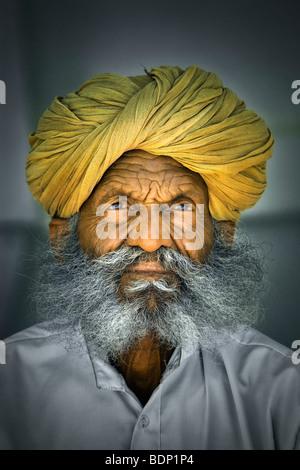 India Rajasthan, Jodhpur, più vecchi di Rajasthani uomo indiano con folta barba grigia indossando turbante Immagini Stock
