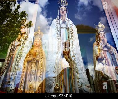 Immagini di Nostra Signora di Guadalupe per la vendita a Fatima, Portogallo Immagini Stock