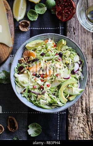 I CAVOLI DI BRUXELLES, avocado e mela verde insalata con i semi di melograno e mirtilli rossi Immagini Stock