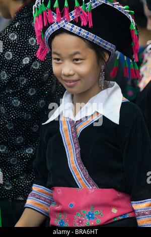 Lao P.D.R., Laos, Luang Prabang, giovane ragazza indossando vestiti tradizionali in un corteo durante l'acqua Immagini Stock