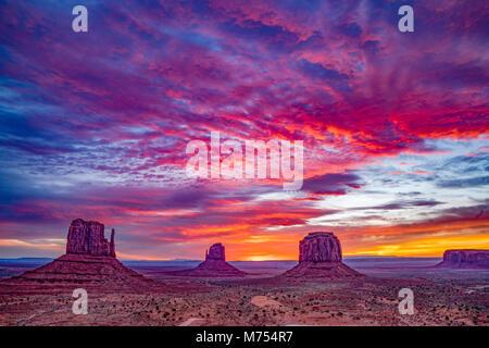Le muffole di sunrise, Monument Valley Tribal Park, Arizona/Utah Immagini Stock