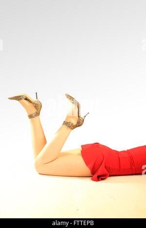 Raccolto di donna in tacchi sdraiato Immagini Stock