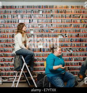 Le donne parlano in magazzino Immagini Stock