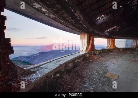 Vista dalla finestra nel paesaggio in Buzludzha, abbandonato monumento comunista nelle montagne balcaniche della Bulgaria. Immagini Stock