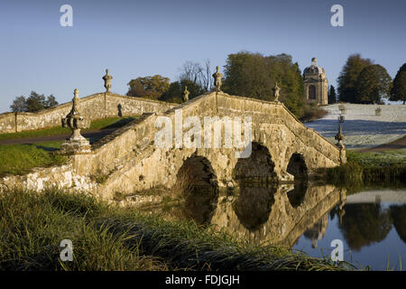Il ponte di Oxford con urne cinerarie e bugnato rustico in un gelido giorno a Stowe giardini paesaggistici, Buckinghamshire. Immagini Stock