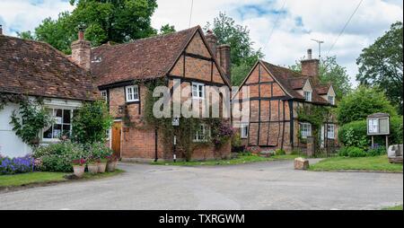 Periodo cottages di Turville villaggio in Chilterns. Buckinghamshire, Inghilterra. Panoramica, Immagini Stock