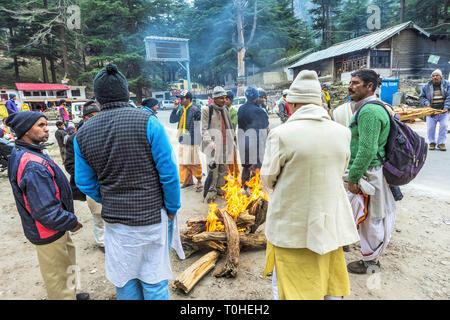 La gente intorno al falò, Bhairon Ghati, Gangotri, Uttarakhand, India, Asia Immagini Stock