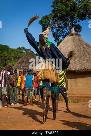 Il tall mask dance con palafitte chiamato Kwuya Gblen-Gbe nella tribù di Dan durante una cerimonia, Bafing, Gboni, Costa d'Avorio Immagini Stock