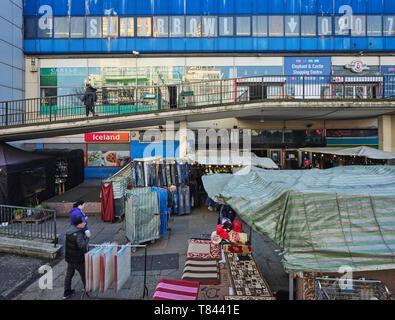 Vista dal nord con entrata al piano terra e al primo piano del centro commerciale. Elephant and Castle Shopping Centre di Londra, Regno Unito. Architetto: Boissevain un Immagini Stock