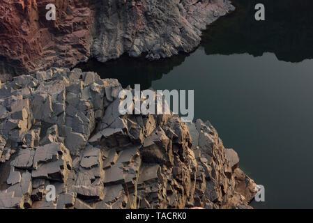 Montagne rocciose con Ken sul fiume che scorre, Khajuraho Madhya Pradesh India Asia Immagini Stock