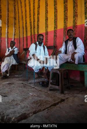 Beja trib uomini di bere il caffè in un bar, rosso lo stato del Mare, Porto Sudan Sudan Immagini Stock