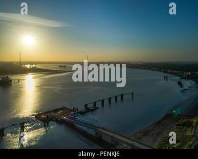 Aerial del Fiume Tamigi guardando ad est da Thurrock su una molla alba nel 2018 Immagini Stock
