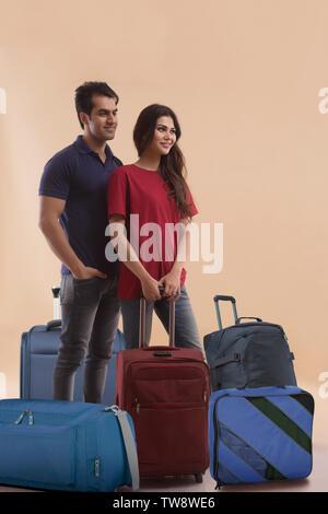 Coppia giovane con i bagagli in aeroporto Immagini Stock
