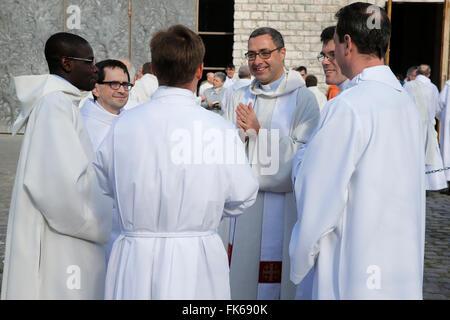 I sacerdoti cattolici al di fuori di Sainte Geneviève la cattedrale di Nanterre, Hauts-de-Seine, Francia, Europa Immagini Stock