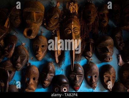 Le maschere africane per la vendita in un negozio, Regione Tonkpi, uomo, Costa d'Avorio Immagini Stock