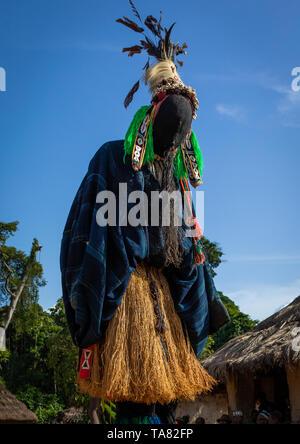 Il tall mask dance chiamato Kwuya Gblen-Gbe nella tribù di Dan durante una cerimonia, Bafing, Gboni, Costa d'Avorio Immagini Stock