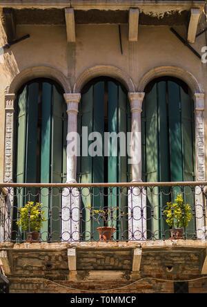 Balcone e finestra di una vecchia casa, della Regione del Veneto, Venezia, Italia Immagini Stock