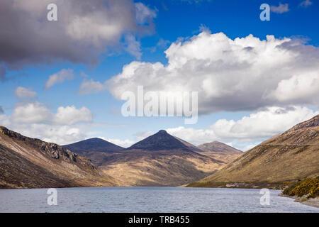 Irlanda del Nord, Co Down, Alta Mournes, Valle silenziosa, picco di Slieve Bearnach oltre il serbatoio Immagini Stock