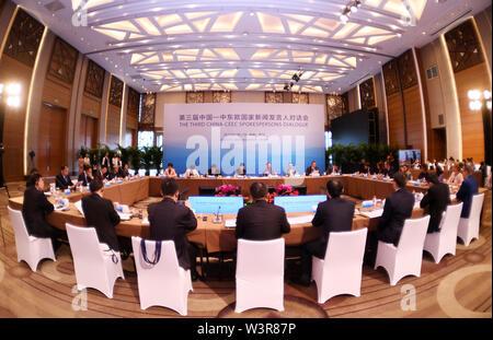 Guiyang, della Cina di Guizhou. 17 Luglio, 2019. Le persone che frequentano la terza la Cina con i paesi PECO (paesi dell'Europa Centrale e Orientale) portavoce il dialogo di Guiyang, nel sud-ovest della Cina di Guizhou, 17 luglio 2019. Oltre due dozzine di portavoce dalla Cina e paesi dell' Europa centrale e orientale si sono riuniti per una finestra di dialogo di Guiyang, capitale del sud-ovest della Cina di Guizhou mercoledì. Credito: Yang Wenbin/Xinhua/Alamy Live News Immagini Stock