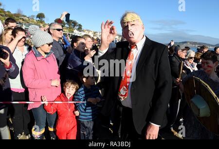 Lyme Regis, Dorset. Il 1° gennaio 2019. Presidente Trump, Lyme affondo, nuovi anni nuotare, Lyme Regis, Dorset Credito: Finnbarr Webster/Alamy Live News Immagini Stock
