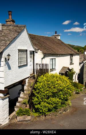 Regno Unito, Cumbria, Hawkshead, il Quadrato, passaggi fino al primo piano della struttura accanto al cimitero Immagini Stock