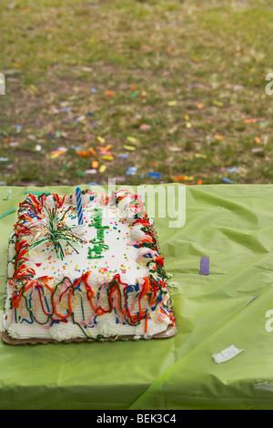 Close-up di una torta di compleanno su un tavolo Immagini Stock