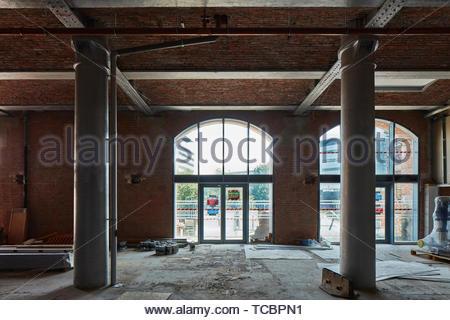 Pilastri e finestra. Magazzino di Londra, Manchester, Regno Unito. Architetto: Archer Humphreys architetti, 2018. Immagini Stock