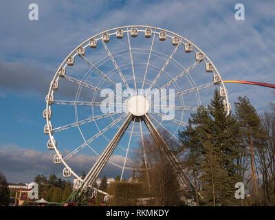 Atraktsion colorata ruota panoramica Ferris contro il cielo Immagini Stock