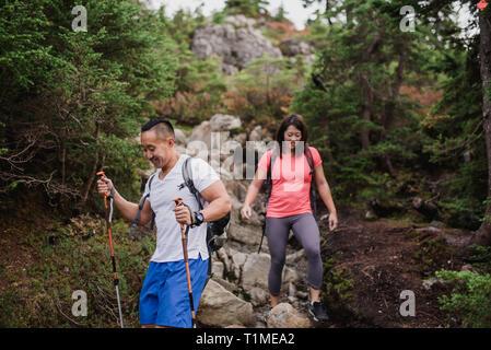 Escursionismo coppia rocce giù nel bosco Immagini Stock