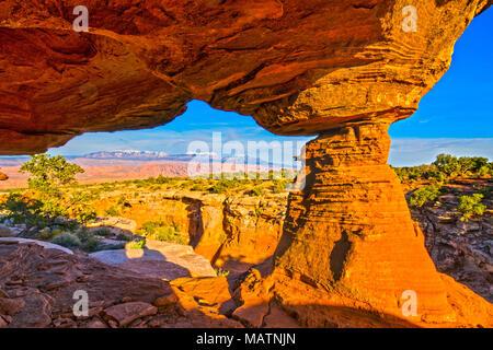 Arch incorniciare La Sal Mountains, Behin-di -rocce, vicino a Moab, Utah Immagini Stock