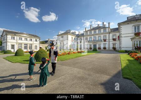 Francia, Morbihan, Pontivy, bambini in gita sulle orme di Napoleone, di fronte al municipio Immagini Stock