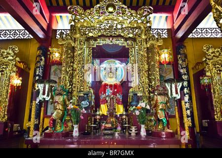 Il Vietnam, Ho Chi Minh City, a Saigon, quartiere di Cholon, , altare divinità Immagini Stock