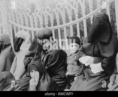 Velò donne islamiche a Costantinopoli nel 1919. Nel 1920, il nuovo leader turco Kemal Ataturk, hanno permesso Immagini Stock